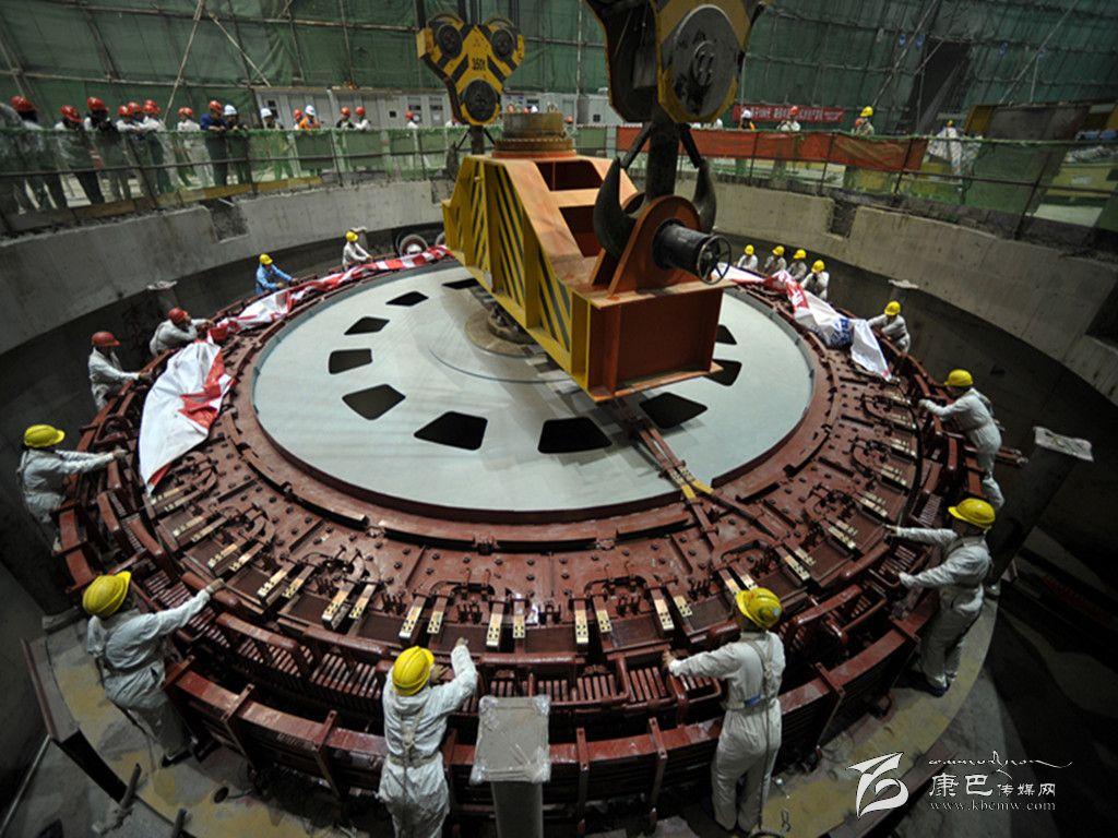 黄金坪水电站1号20万千瓦机组转子吊装成功