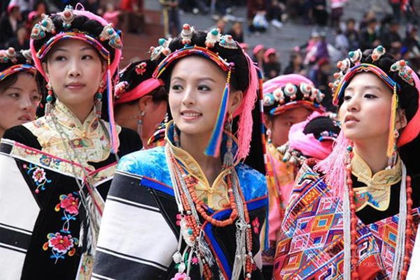 丹巴美女盛装迎佳节。 本网记者 马建华 文/图 除夕的钟声即将敲响,在15.3万平方公里的甘孜土地上,藏族人民生生不息,创造了多姿多彩的藏民族文化,而作为历史悠久的年俗文化更是异彩纷呈,构建了多元、多彩的民俗文化,新春佳节和藏历新年来临际,记者带您走进我州各地十里不同风俗的年俗文化。 康巴年俗之新龙十三节 13节是新龙县所独特的节日,新龙人过13节在民间有三种广为流传的传说,一种说法是雪域雄狮。岭格萨尔大王征战四方到达新龙的日子恰逢藏历腊月13,所以当地人便把这一天作为自己最隆重的节日来过,另外一种说法