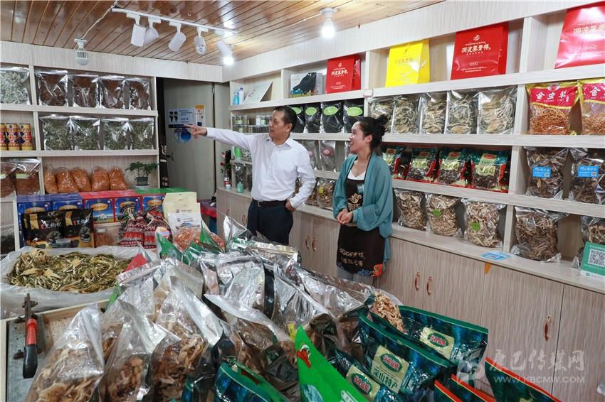 刘成鸣强调 全力做好旅游服务工作 确保游客安全畅游甘孜